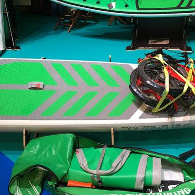 Ein zusammengefaltetes und festgeschnürtes Fahrrad auf dem Touring-SUP von GTS