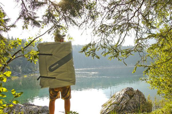 Ein zusammengerolltes ISUP wird auf dem Rücken eines jungen Mannes transportiert.