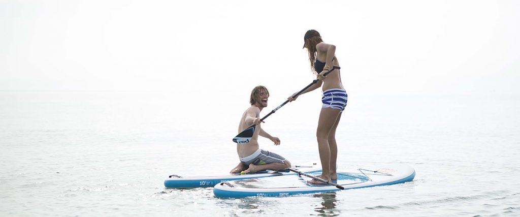 Ein junges Paar neckt sich auf zwei Allround ISUPs, Bildquelle: Red Paddle Co