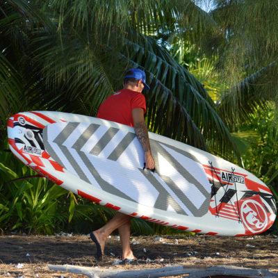 Ein Mann unterwegs mit einem Allround ISUP unterm Arm. Bildquelle: Roberto Ricci Designs