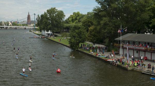 Sicht auf den Main in Frankfurt mit dem Bootshaus des örtlichen Kanu-Vereins.