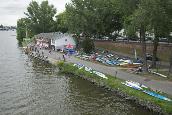 Das Bootshaus des Frankfurter Kanu-Vereins mit den aufgereihten Paddleboards.