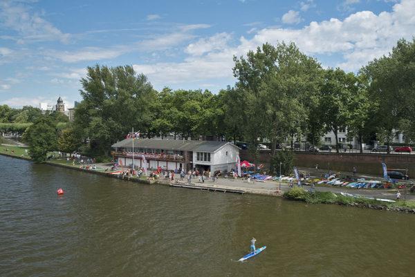 Sicht auf das bunte Treiben vor dem Bootshaus des Frankfurter Kanu-Vereins.